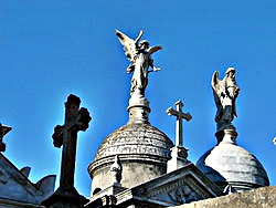 250px-Argentina,_Recoleta_cemetery,_looking_up_at_tombs