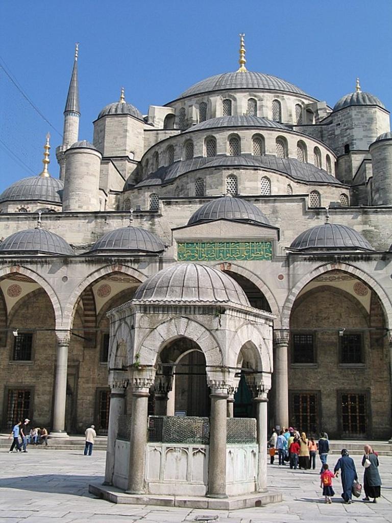 Blue Mosque atau Masjid Sultan Ahmed di Turki.